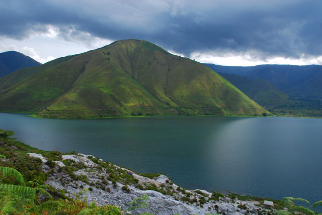 http://justkardoman.files.wordpress.com/2010/02/danau-toba2.jpg